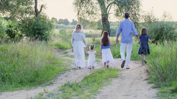 Многодетная семья в парке
