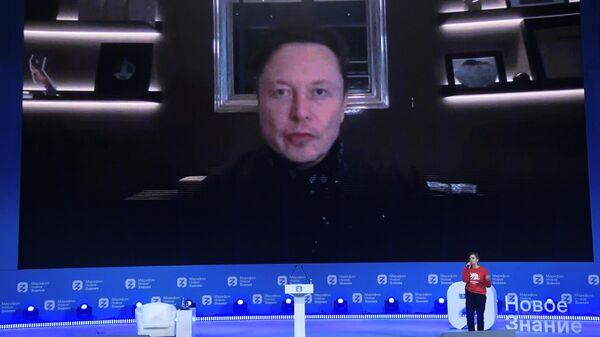 Илон Маск во время выступления в рамках трехдневного просветительского марафона общества Новое Знание в Москве