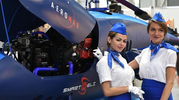 Девушки на XIV Международной выставки вертолетной индустрии HeliRussia 2021 в Москве