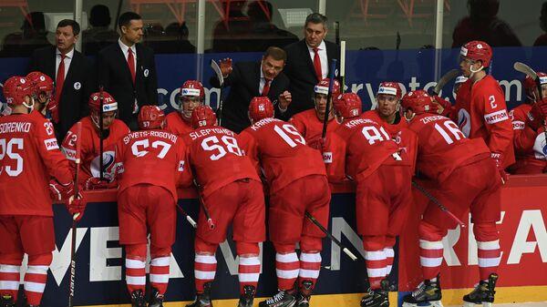 Главный тренер сборной России Валерий Брагин (в центре) и игроки сборной России во время матча группового этапа чемпионата мира по хоккею 2021 между сборными командами России и Чехии.