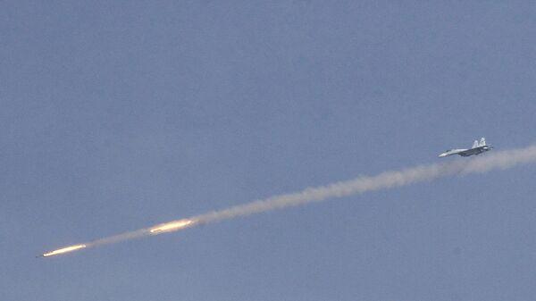 Истребитель СУ-27 производит пуск бортовых ракет во время учений на полигоне Ашулук