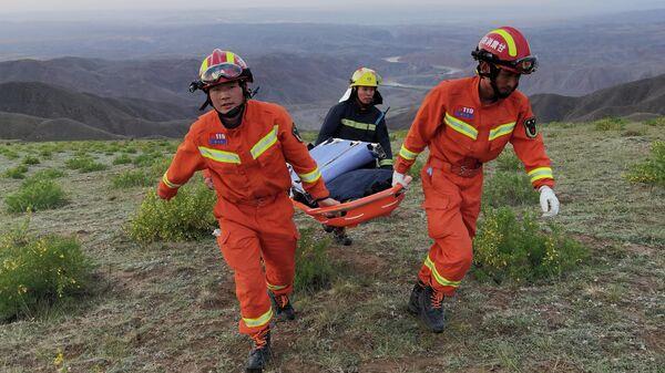 Спасатели работают на месте прохождения соревнований в китайской провинции Ганьсу, где в результате сильных холодов погибли участники ультрамарафонского забега на 100 км