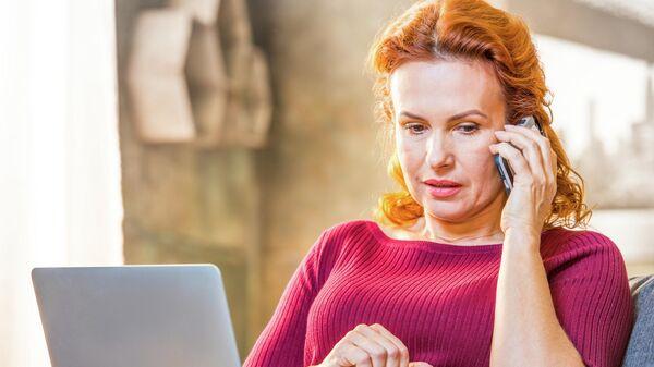 Женщина разговаривает по мобильному телефону