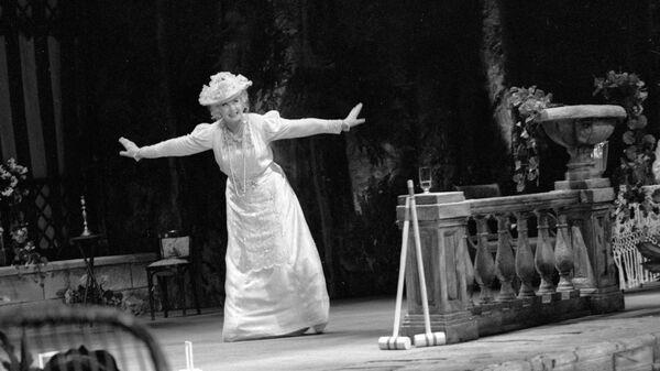 Актриса Нина Шацкая в роли Аркадиной в спектакле Чайка по пьесе А. П. Чехова