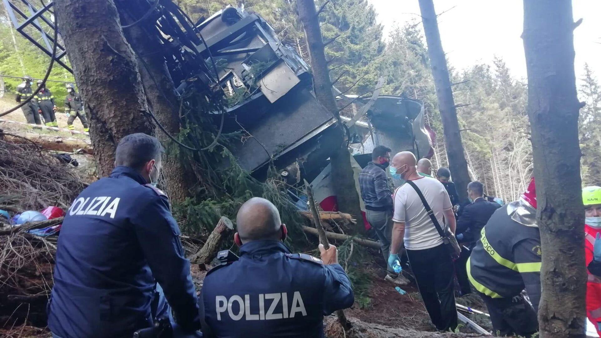 Сотрудники полиции и спасатели на месте падения кабины фуникулера в Пьемонте, Италия - РИА Новости, 1920, 17.06.2021