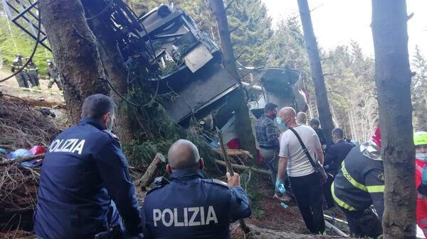 Сотрудники полиции и спасатели на месте падения кабины фуникулера в Пьемонте, Италия