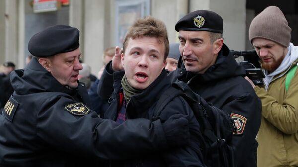 Сотрудники правоохранительных органов Белоруссии задерживают активиста Романа Протасевича