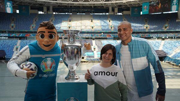 Давид Трезеге фотографируется с болельщиками и кубком ЕВРО-2020