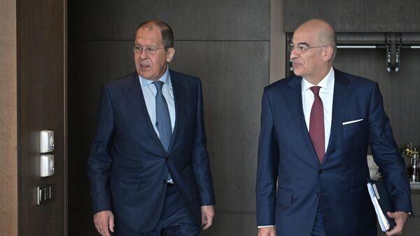 Министр иностранных дел РФ Сергей Лавров и министр иностранных дел Греции Никос Дендиас во время встречи в Сочи