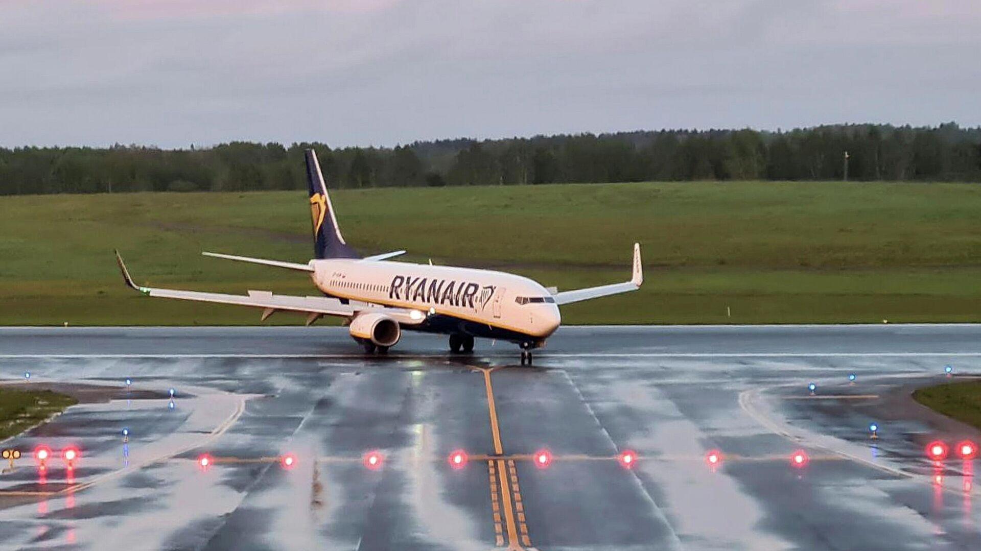 Самолет авиакомпании Ryanair, на котором находился Роман Протасевич, в аэропорту Вильнюса - РИА Новости, 1920, 28.05.2021