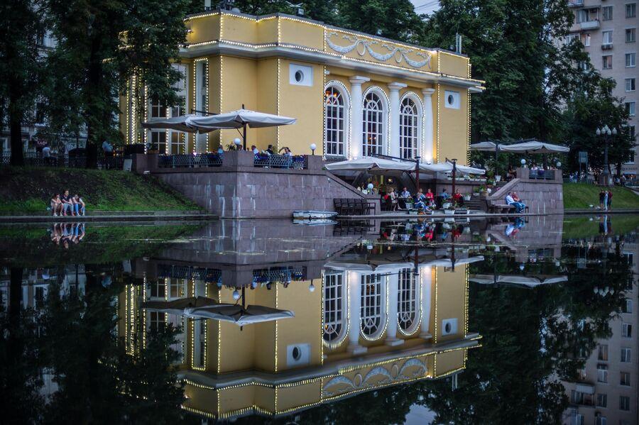 Горожане отдыхают на Патриарших прудах в Москве