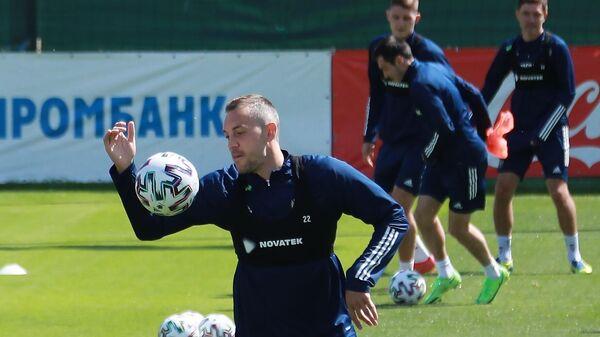 Нападающий сборной России по футболу Артем Дзюба на тренировке