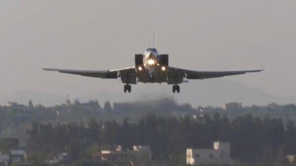 Дальний бомбардировщик Ту-22М3 совершает посадку на авиабазе Хмеймим в Сирии