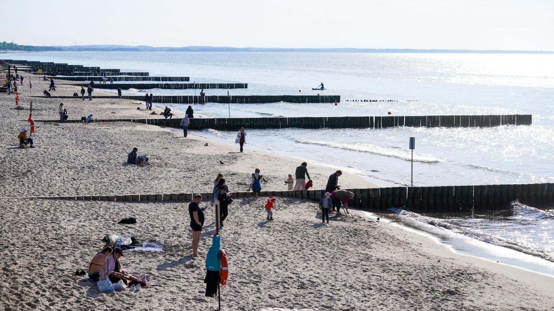 Отдыхающие на пляже в городе Зеленоградск Калининградской области - РИА Новости, 1920, 19.07.2021