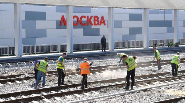 Рабочие на строительной площадке нового вокзального комплекса Восточный в Москве