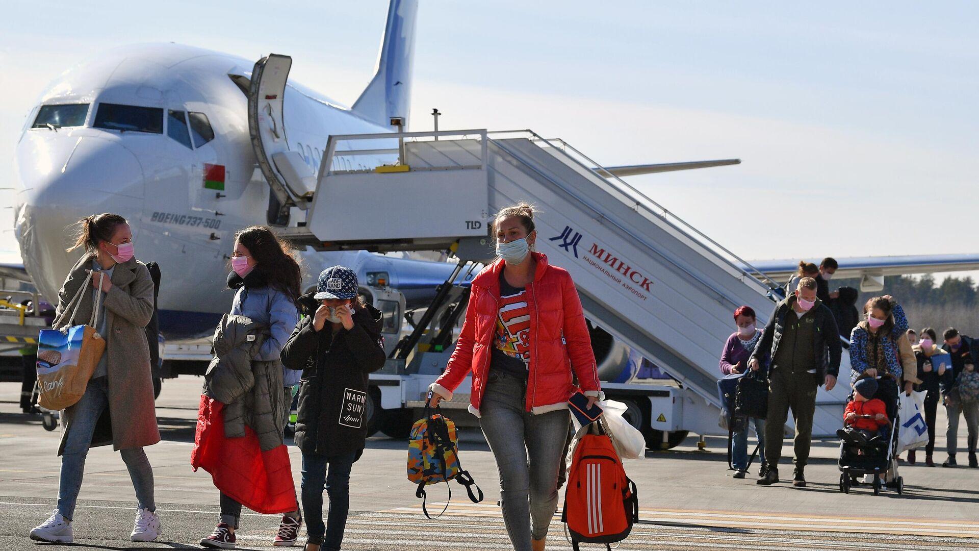Пассажиры выходят из самолета авиакомпании BelAvia - РИА Новости, 1920, 30.05.2021