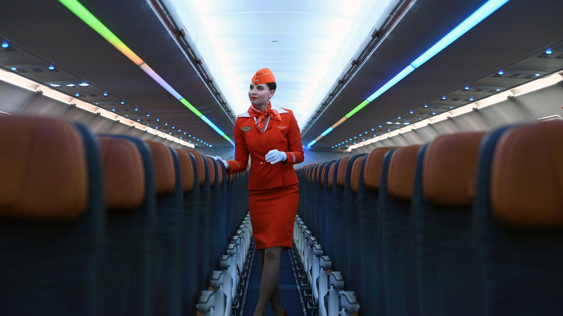 Стюардесса авиакомпании Аэрофлот во время презентации самолётов нового типа в парке Аэрофлота Airbus A321/320neo в аэропорту Шереметьево - РИА Новости, 1920, 21.09.2021