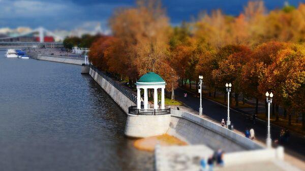 Беседка-ротонда на Пушкинской набережной в Парке Горького