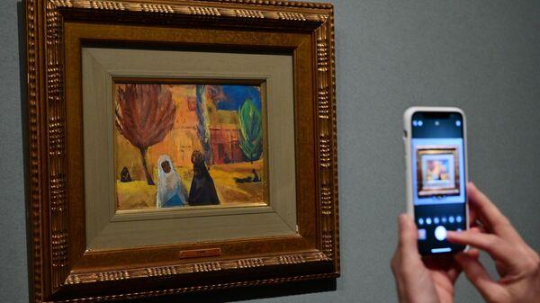 Посетитель фотографирует картину Мартироса Сарьяна Восточный мотив ( начало 1919-х г.), представленную на пресс-показе выставки Маленькое искусство в Еврейском музее и центре толерантности в Москве