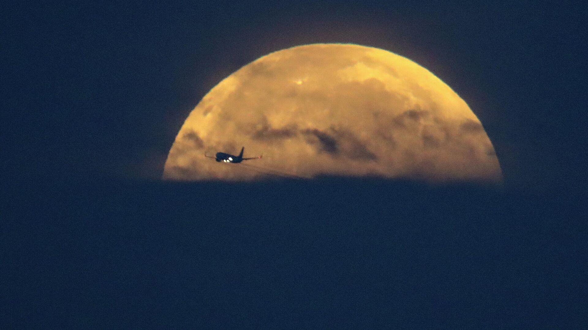 Самолет на фоне Луны в Санта-Моника, штат Калифорния - РИА Новости, 1920, 09.06.2021