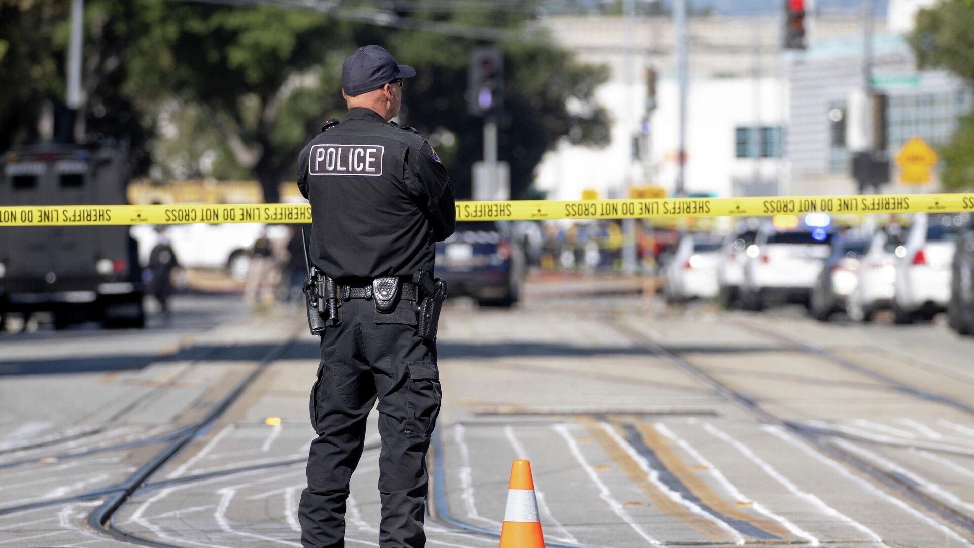 Сотрудник полиции на месте стрельбы в Сан-Хосе, США - РИА Новости, 1920, 31.05.2021