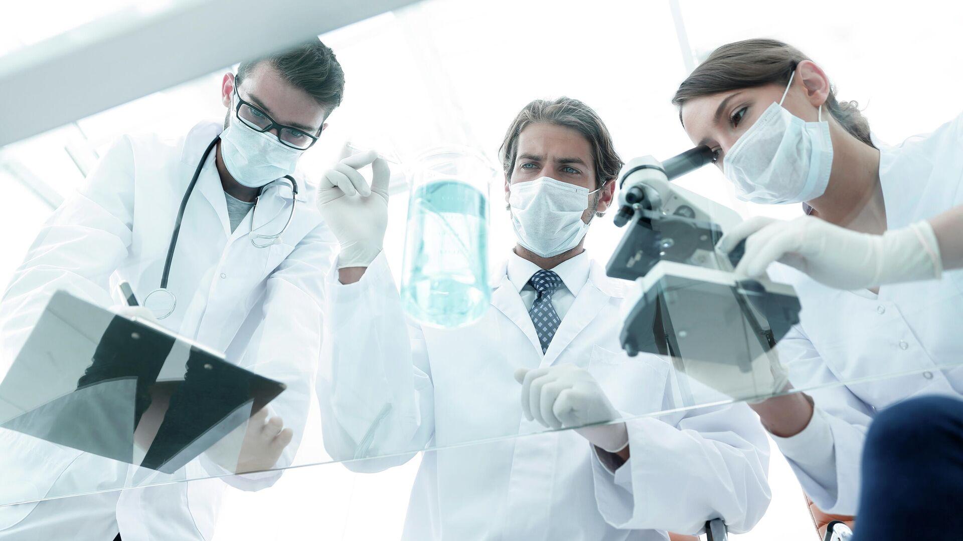 Ученые работают в лаборатории - РИА Новости, 1920, 06.07.2021