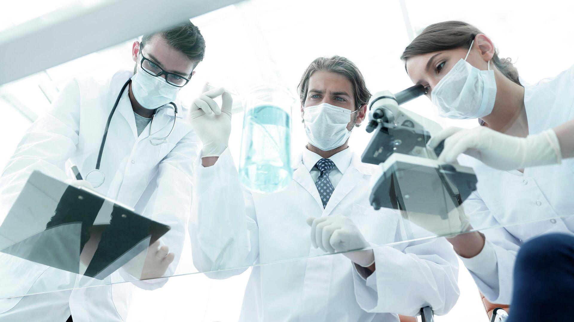Ученые работают в лаборатории - РИА Новости, 1920, 24.06.2021