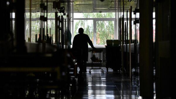 Медицинская сестра в коридоре городской клинической больницы №40 в Екатеринбурге