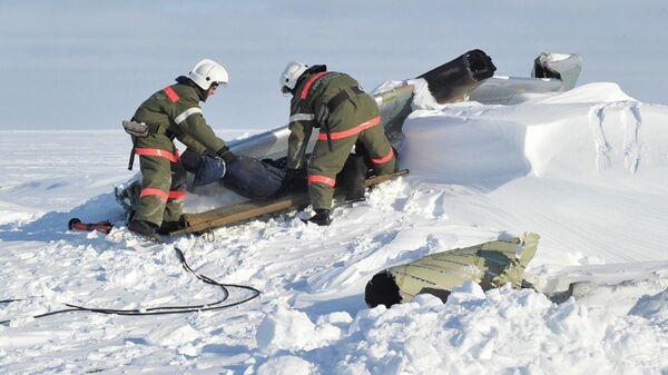 Сотрудники пограничной службы на учениях по оказанию помощи пострадавшим в результате авиакатастрофы. Учения проходили в суровых арктических условиях на архипелаге Земля Франца-Иосифа