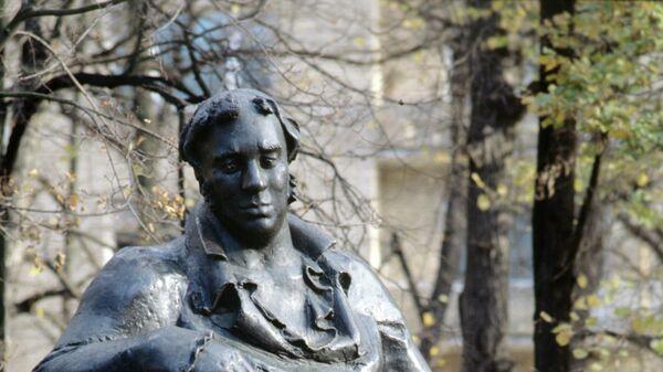 Памятник баснописцу Ивану Андреевичу Крылову на Патриарших прудах
