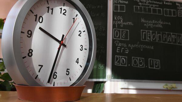 Часы в классе во время ЕГЭ по географии и литературе