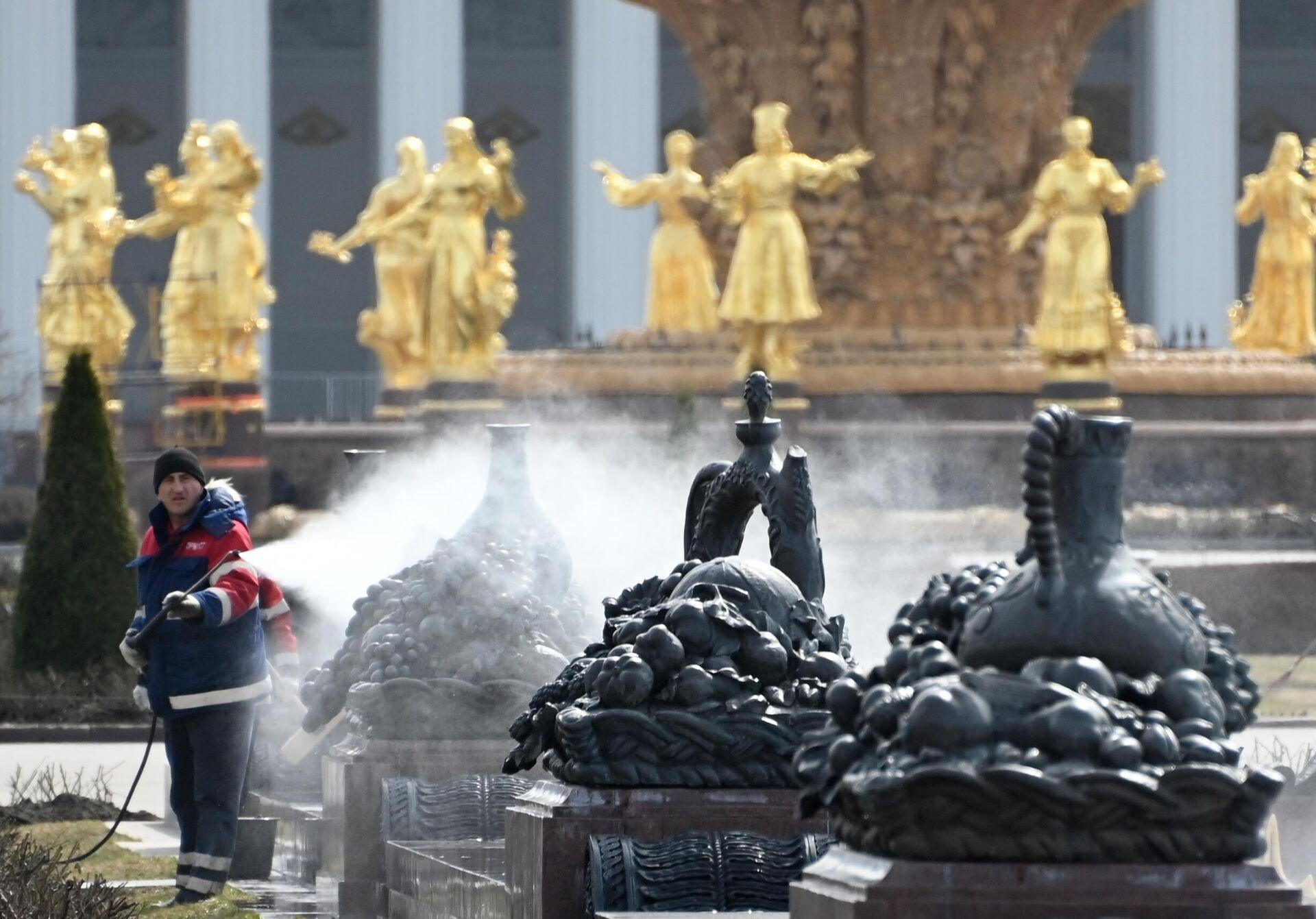 Работник моет скульптурную композицию у фонтана Каменный цветок на ВДНХ - РИА Новости, 1920, 28.05.2021