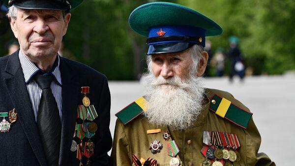 Ветераны пограничных войск во время празднования Дня пограничника в парке имени Маяковского в Екатеринбурге.