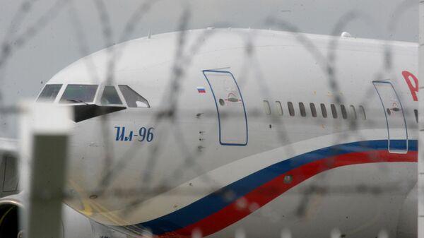 Самолет Ил-96 специального летного отряда Россия, прибывший за возвращающимися из Чехии в Россию дипломатами