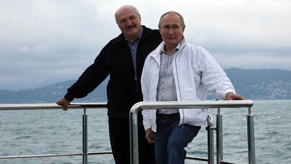 Президент РФ Владимир Путин и президент Белоруссии Александр Лукашенко во время морской прогулки