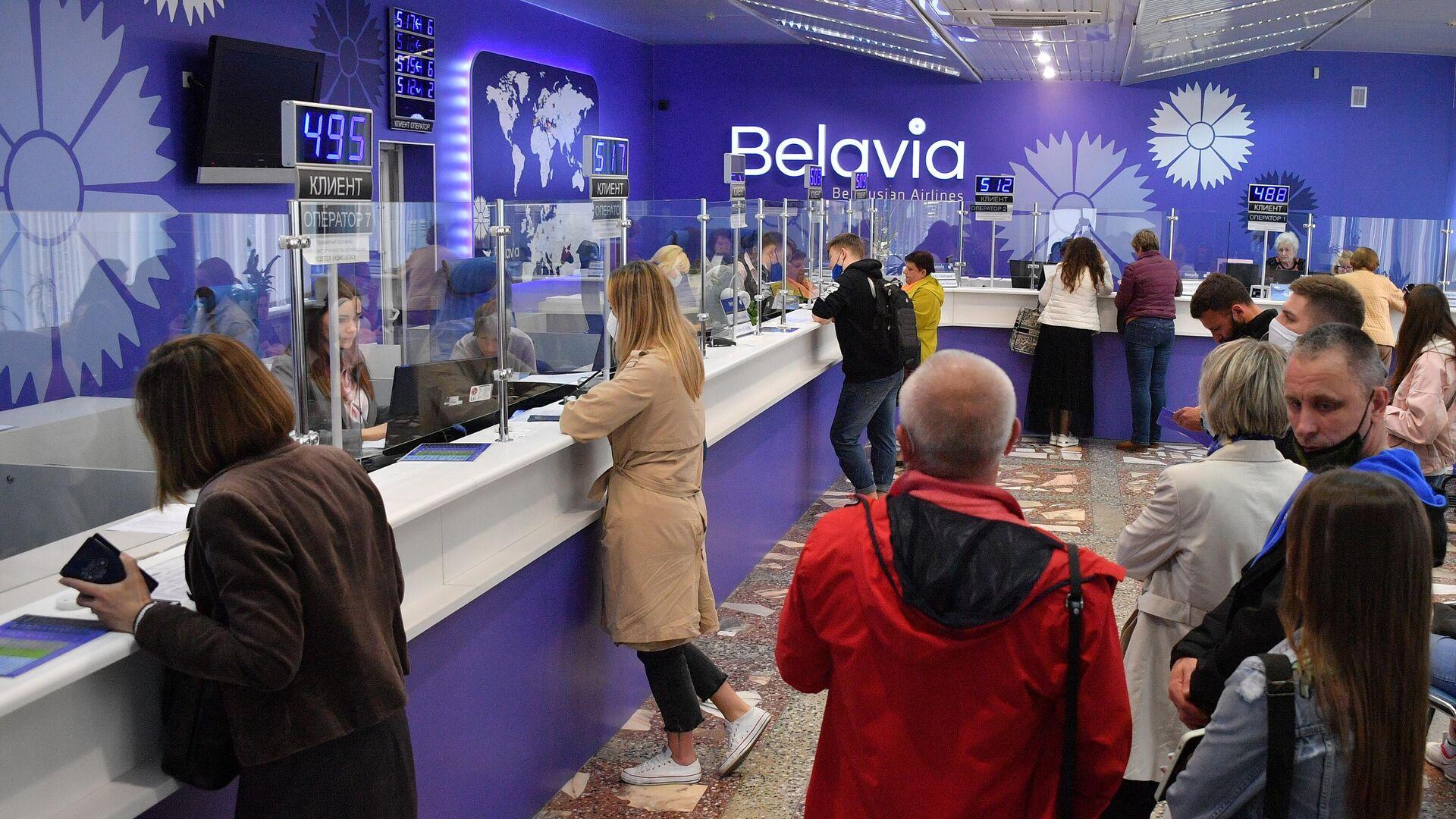 Очередь на возврат билетов в офисе белорусской авиакомпании Белавиа в Минске - РИА Новости, 1920, 30.05.2021
