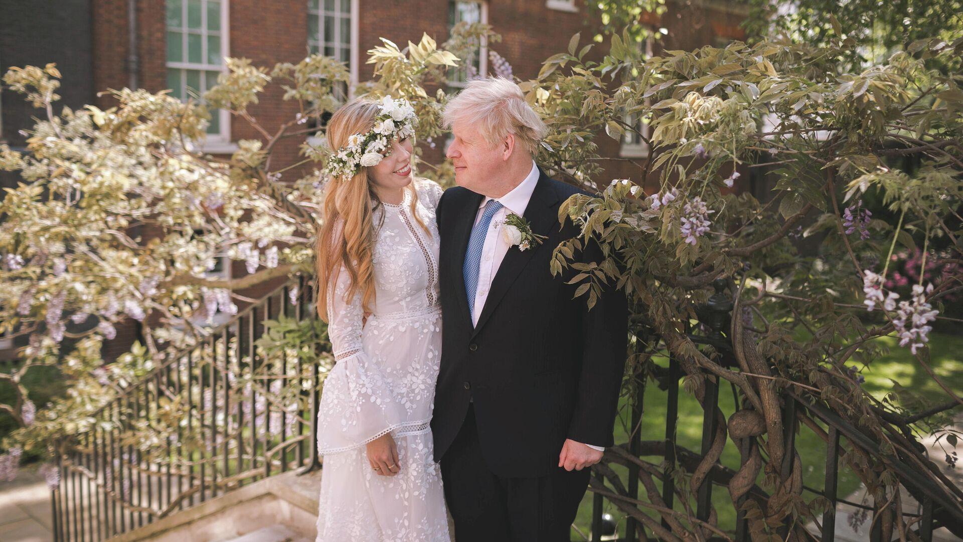 Борис Джонсон и Кэрри Саймондс во время свадьбы - РИА Новости, 1920, 30.05.2021