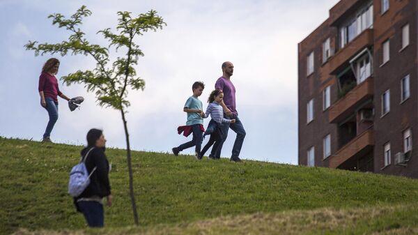 Семья гуляет в одном из парков Мадрида