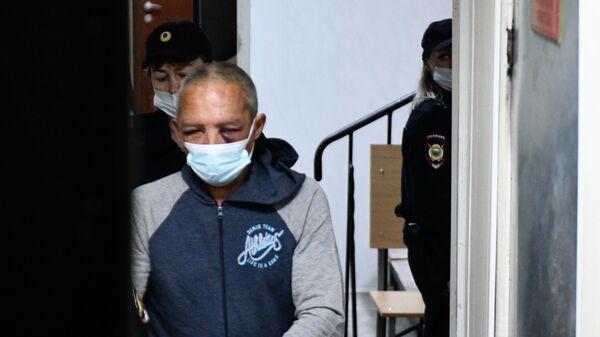 Обвиняемый Сергей Балков, который 30 мая находясь в квартире одного из домов по улице Бородина в Екатеринбурге произвел выстрелы из охотничьего карабина по находившимся во дворе дома людям. Стоп-кадр видео
