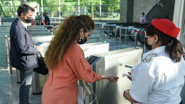 Измерение температуры у пассажиров у турникетов Бакинского метрополитена