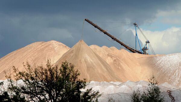 Отвалы отработанной породы из шахты рудника на проходческом комплексе производителя калийных минеральных удобрений ОАО Беларуськалий в городе Солигорск