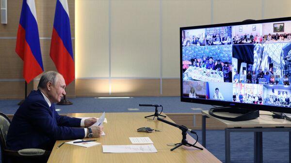Президент РФ Владимир Путин во время встречи в режиме видеоконференции с семьями, награжденными орденом Родительская слава
