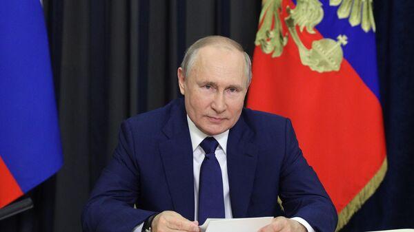 Президент РФ Владимир Путин во время встречи в режиме видеоконференции с семьями, награждёнными орденом Родительская слава