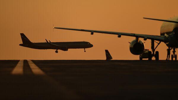 Пассажирские авиалайнеры в аэропорту Симферополя