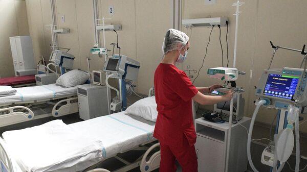 Медицинский работник в отделении реанимации и интенсивной терапии