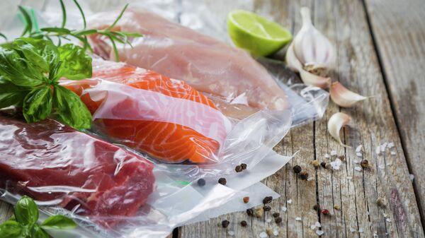 Стейки говядины, курицы и лосося в вакуумной упаковке