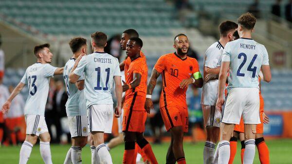 Футболисты сборных Нидерландов и Шотландии