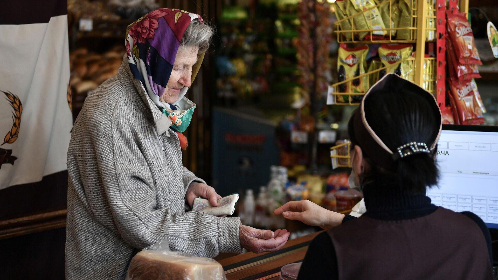 Пожилая женщина в магазине в Симферополе - РИА Новости, 1920, 03.06.2021
