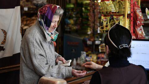 Пожилая женщина в магазине в Симферополе