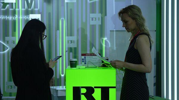 Девушки на стенде телеканала RT на Петербургском международном экономическом форуме- 2021 в конгрессно-выставочном центре Экспофорум